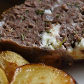 farsbrød af okse med feta, persille, skysovs, kartofler, pickles