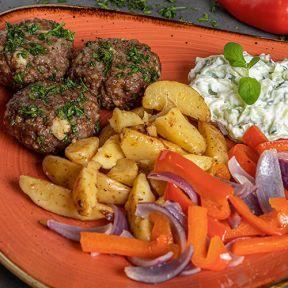 Græske oksefrikadeller, ovnbagte kartofler peberfrugt løg med tzatziki