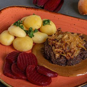 Hakkebøf med bløde løg, brun sovs hvide kartofler og rødbeder