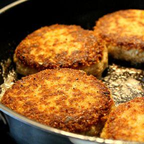 Karbonade, flødelegeret sovs, kartofler, broccoli