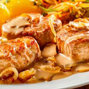 Mørbrad bøf og bløde løg, brun sovs, hvide kartofler, bagte rødbeder