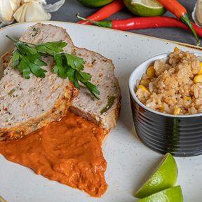 Mexikansk farsbrød, stegte ris med majs hertil tomatsovs