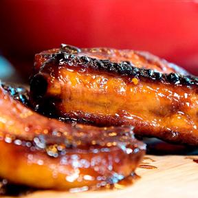 Barbecue revelsben af gris, saltet smør, bagt kartoffel, sennepsmarineret coleslaw